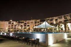阿曼,塞拉莱, 19 10 2016年-惊人的夜点燃旅馆Al Fanar Souly海湾旅馆水池 库存照片