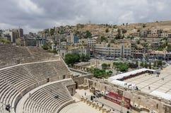 阿曼,约旦- 2016年5月28日:罗马圆形露天剧场街市与 图库摄影
