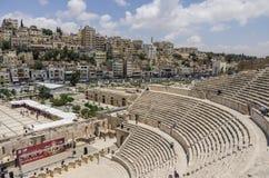 阿曼,约旦- 2016年5月28日:罗马圆形露天剧场街市与 免版税库存图片