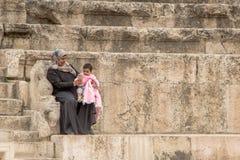 阿曼,约旦- 2016年5月03日:年轻阿拉伯妇女selfi 免版税图库摄影