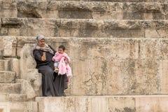 阿曼,约旦- 2016年5月03日:年轻阿拉伯妇女selfi 库存图片