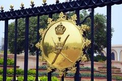 阿曼 麝香葡萄 徽章在苏丹卡布斯宫殿的门的  免版税库存图片