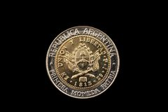阿根廷在黑背景隔绝的一枚比索硬币 库存照片