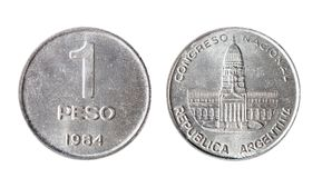 阿根廷比索硬币1984年 在一个空白背景的查出的对象 免版税库存照片