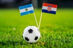 阿根廷-克罗地亚,小组D,星期四,21 世界杯6月,橄榄球,俄罗斯2018年,在绿草,白色橄榄球的国旗 免版税库存照片