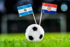 阿根廷-克罗地亚,小组D,星期四,21 世界杯6月,橄榄球,俄罗斯2018年,在绿草,白色橄榄球的国旗 库存图片