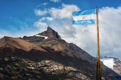 阿根廷在山前面的旗子飞行 图库摄影
