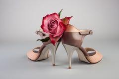阿根廷有玫瑰的探戈鞋子 库存照片