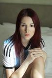 阿根廷socker trikot画象的红头发人少妇 免版税库存图片