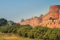 阿格拉堡的看法有蓝天和绿色灌木的在前面 阿格拉堡是一个历史堡垒在市阿格拉 库存图片