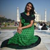 阿格拉,印度, 2017年11月29日:穿传统衣裳的印地安秀丽在阿格拉 库存照片