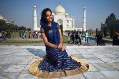阿格拉,印度, 2017年11月29日:穿传统衣裳的印地安秀丽在阿格拉 免版税库存照片