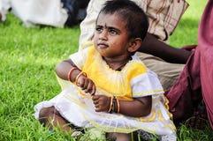 阿格拉,印度, 2010年9月15日:有painti的小印地安孩子 免版税库存照片