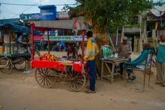 阿格拉,印度- 2017年9月19日:卖在街道的未认出的人食物在中心城市在阿格拉,印度 免版税库存图片