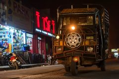阿格拉,印度- 2017年11月8日:在平衡阿格拉,印度街道的老车  免版税库存图片