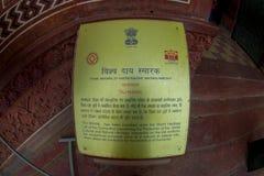 阿格拉,印度- 2017年9月20日:在的一个大厦里面的情报标志在Darwaza-i-Rauza附近在Chowk-i Jilo Khana在 免版税库存照片