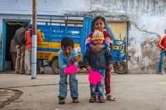 阿格拉,印度- 2012年12月:打羽毛球的泰姬陵篱芭和孩子在世界的这奇迹附近 其中一多数 免版税图库摄影