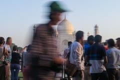 阿格拉/印度- 2017年3月20日,在泰姬陵前面的许多游人 免版税库存照片
