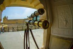 阿梅尔,印度- 2017年9月19日:关闭在宫殿里面的一台金黄望远镜在阿梅尔,在拉贾斯坦,印度,鱼 免版税库存图片