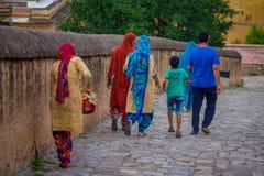 阿梅尔,印度- 2017年9月19日:走在一条扔石头的道路的未认出的人民在琥珀色的堡垒的城市在斋浦尔 免版税图库摄影