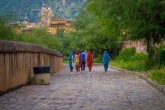 阿梅尔,印度- 2017年9月19日:走在一条扔石头的道路的未认出的人民在琥珀色的堡垒的城市在斋浦尔 图库摄影