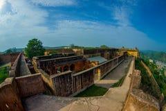 阿梅尔,印度- 2017年9月19日:走在宫殿的废墟和享受出色的意见的未认出的人民 免版税库存照片