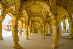 阿梅尔,印度- 2017年9月19日:Collumned在斋浦尔,拉贾斯坦,印度附近染黄大厅在琥珀色的堡垒的Sattais Katcheri 库存照片