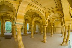 阿梅尔,印度- 2017年9月19日:Collumned在斋浦尔,拉贾斯坦,印度附近染黄大厅在琥珀色的堡垒的Sattais Katcheri 免版税库存图片