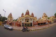 阿梅尔,印度- 2017年9月26日:Laxminarayan寺庙的美丽的景色,当移动有些的摩托车和汽车  免版税库存照片