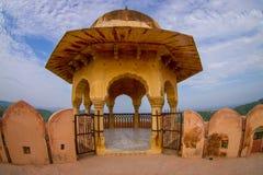 阿梅尔,印度- 2017年9月19日:一个阳台的美丽的景色有一个黄色圆顶的在琥珀色的堡垒宫殿,位于阿梅尔 图库摄影
