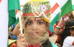 阿沙, 10,有全国fla的Domalguda印地安女孩 免版税库存图片