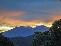 阿波火山山顶在黎明,达沃,菲律宾 图库摄影