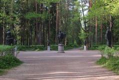 阿波罗和冥想 十二条轨道在Pavlovsk公园 库存照片