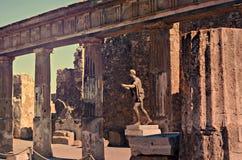 阿波罗寺庙和维苏威火山在背景中,庞贝城 库存图片
