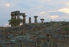阿波罗寺庙废墟在古老科林斯湾,希腊 库存图片