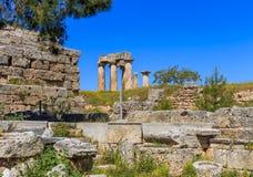 阿波罗寺庙废墟在古老科林斯湾 免版税库存图片