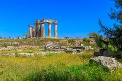 阿波罗寺庙废墟在古老科林斯湾 免版税库存照片