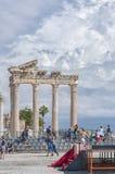 阿波罗寺庙的游人 免版税库存照片