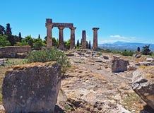 阿波罗教堂在古老科林斯湾考古学公园的在希腊 免版税库存照片