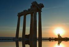 阿波罗的寺庙和日落和已婚夫妇 库存图片