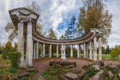 阿波罗, Pavlovsk公园柱廊在秋天的 免版税库存照片