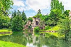 阿波罗洞穴在著名P的小的Trianon美丽的庭院里 免版税库存照片