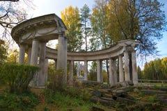 阿波罗` s柱廊看法在10月晚上 Pavlovsk宫殿公园 库存照片