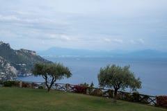阿特拉尼镇的看法地中海的 从别墅Cimbrone,阿马尔菲海岸,意大利庭院拍的照片  免版税库存照片