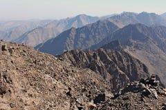 阿特拉斯山脉在摩洛哥 在高山图卜卡勒峰的Treking 免版税库存图片