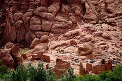 阿特拉斯山脉的典型的巴巴里人村庄丝毫oasisi在摩洛哥 免版税图库摄影