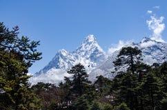 阿玛达布拉姆峰美丽的景色从艰苦跋涉的到Everset在尼泊尔 喜马拉雅山 免版税库存照片
