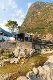 阿瓜斯卡连特斯火山村庄和河秘鲁 免版税库存图片
