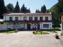 阿祖加, Prahova/罗马尼亚- 7/19/2017 :莱茵葡萄酒库在阿祖加,罗马尼亚 免版税库存图片