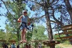 阿纳帕,俄罗斯, 2017年7月, 13日 使用在一个绳索公园的学龄女孩在阿纳帕市 库存图片